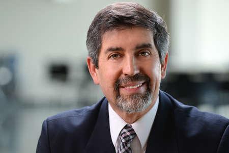 Portrait of Hispanic Geschäftsmann lächelnd drinnen