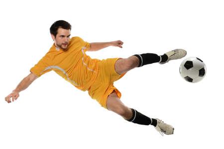 Fußballspieler tritt Ball isoliert über weißem Hintergrund