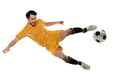 Voetballer schopt bal geïsoleerd op witte achtergrond Stockfoto
