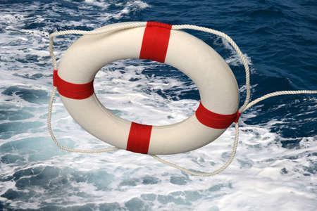 Salvavidas que cae sobre aguas turbulentas Foto de archivo - 25561083