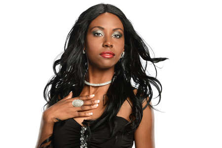modelos negras: Retrato de la hermosa mujer afroamericana aislada sobre fondo blanco