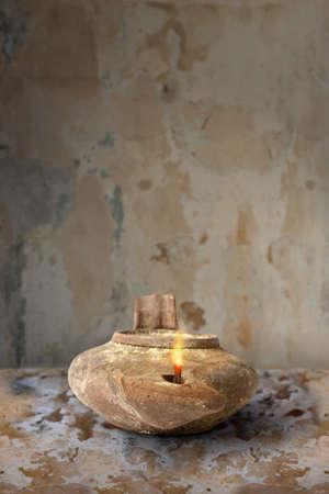 Oude Midden-Oosten olielamp op klei oppervlak