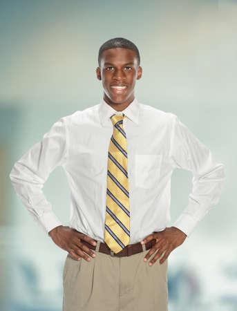 mani sui fianchi: Giovane uomo d'affari con le mani sui fianchi le mani dentro edificio per uffici