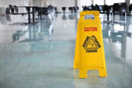 建物の廊下を内部に黄色の警告記号
