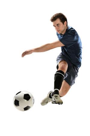 Jonge voetballer schoppen bal geïsoleerd over een witte achtergrond