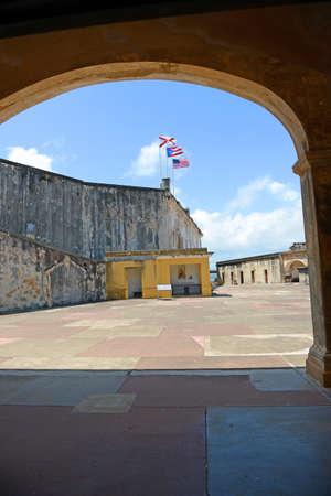 bandera de puerto rico: Patio con arcos en Castillo San Cristobal fuerte en San Juan, Puerto Rico Foto de archivo