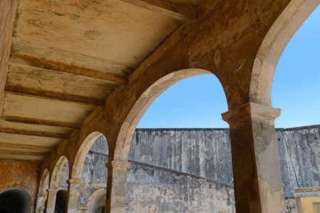 bandera de puerto rico: Arcos de arquitectura en San Cristobal fuerte en San Juan Puerto Rico Foto de archivo