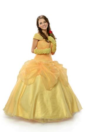 Jonge vrouw gekleed in prinses kostuum bedrijf rose geïsoleerd op witte achtergrond