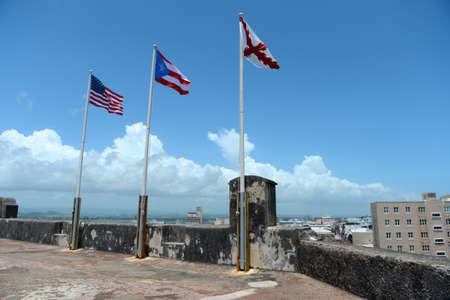 bandera de puerto rico: Banderas encima Castillo San Cristóbal en Puerto Rico