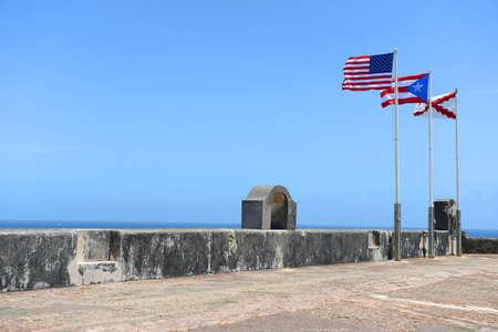 bandera de puerto rico: Indicadores que vuelan en lo alto del Castillo de San Cristóbal en San Juan, Puerto Rico Foto de archivo