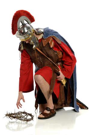 Soldato romano che raggiunge per la corona di spine isolato su sfondo bianco