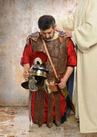 hombre orando: Jes�s imponer las manos sobre Roman Centurion Foto de archivo