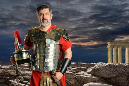 岩の前で屋外ローマ百人隊長の肖像