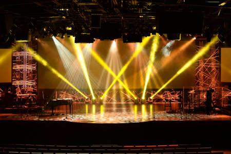 複数の楽器とマイクとのコンサートの開始前にステージ ライト