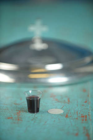 와인과 웨이퍼 빈티지 테이블 - 필드의 얕은 깊이 가진 전경 초점 와인 한 잔 스톡 콘텐츠