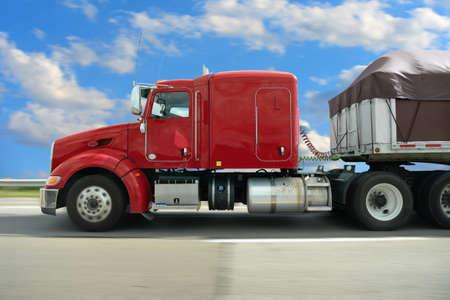 ciężarówka: Semi ciężarówka na autostradzie na sunnyd dni