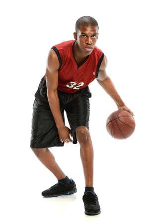白い背景で隔離されたボールをドリブル若いアフリカ系アメリカ人のバスケット ボール選手