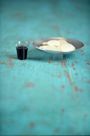 聖餐のコップ、コピー領域とビンテージ テーブル上のウエハー