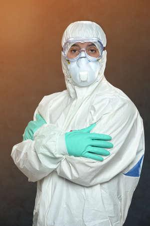 hazmat: Scienziato in tuta Hazmat ed equipaggiamento protettivo con le braccia incrociate Archivio Fotografico