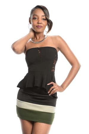 negras africanas: Retrato de la hermosa mujer afroamericana posando aislados sobre fondo blanco