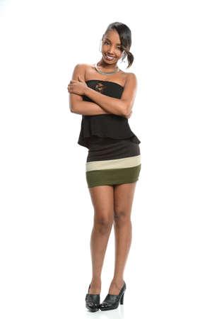 modelos negras: Retrato de joven mujer afroamericana de pie sobre el fondo blanco