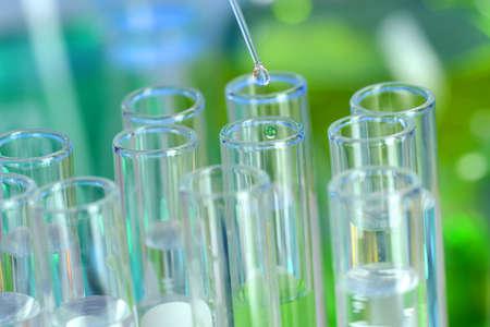 研究室のガラス ピペット テスト チューブに液を落とすことを