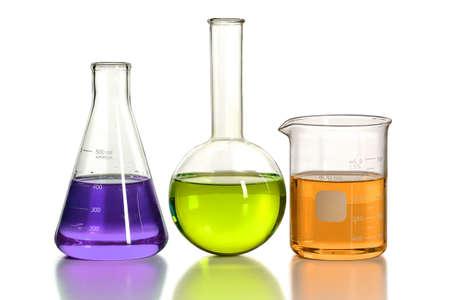 liquido: Cristalería de laboratorio aislado sobre fondo blanco - con el camino de recortes