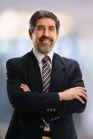 галстук: Портрет испаноязычных бизнесмена улыбается изоляции внутри офисного здания