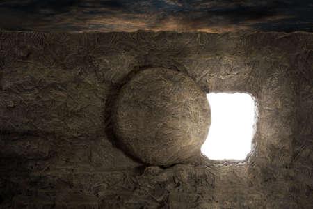 resurrección: Tumba de Jesús con la luz que sale de la abertura Foto de archivo