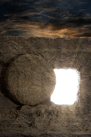 cristianismo: tumba abierta de Jesús con la luz que sale de la abertura Foto de archivo