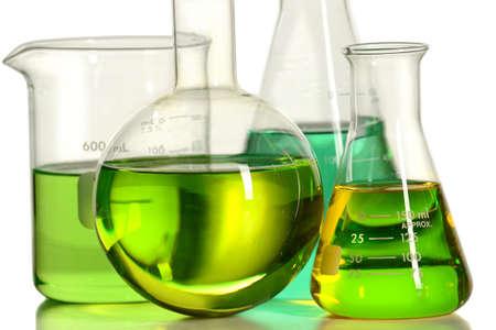 material de vidrio: vidrio de laboratorio con l�quido sobre la mesa de reflexi�n