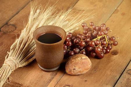pan y vino: elementos de la comunión con el vino y el pan en la mesa de madera Foto de archivo