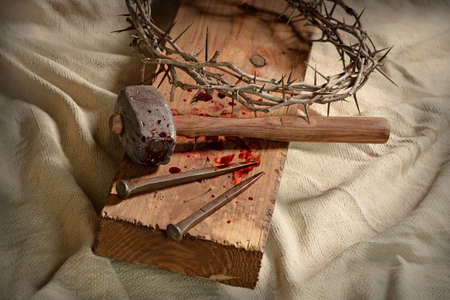 Crown of thorns, nails and hammer on wooden cross Stockfoto