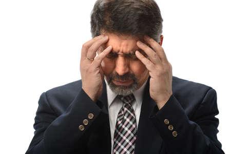 hombres maduros: hombre de negocios hispanos bajo estrés aislados sobre fondo blanco Foto de archivo