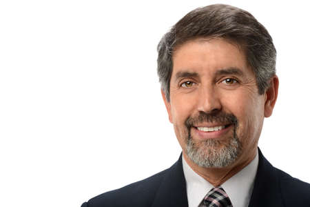 hombres maduros: Maduro hombre de negocios hispanos sonriente aislados sobre fondo blanco
