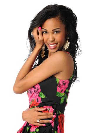modelos posando: Retrato de la mujer afroamericana sonriente aislados sobre fondo blanco
