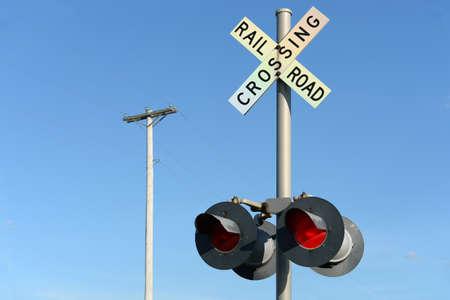 ferrocarril: poste de señalización del ferrocarril durante el día Foto de archivo