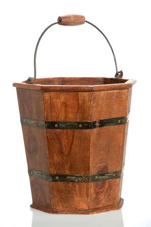 白い背景に分離されたヴィンテージの木製のバケツ