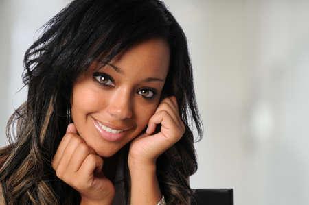 Portret van mooie Afro-Amerikaanse zakenvrouw in kantooromgeving