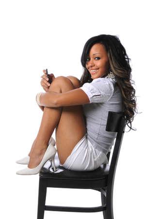 mujeres africanas: Hermosa mujer americana africana usa el teléfono celular aislado sobre fondo blanco Foto de archivo