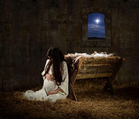 若い妊娠メリー祈り寄りかかって飼い葉桶クリスマスイブ