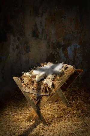 Pesebre vacío con la sombra de la cruz en el antiguo granero sucio Foto de archivo - 63773955