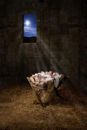 jesus birth: Bebé Jesús descansando en un pesebre con la luz de los filtros de estrella a través de la ventana