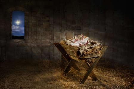 Jezus: Jezus spoczywa na żłobie, gdy światło z gwiazd filtrów do pokoju Zdjęcie Seryjne