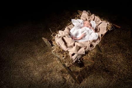 Neu geboren Jesus auf einer Krippe in einem dunklen Hintergrund Verlegung Standard-Bild - 63776232
