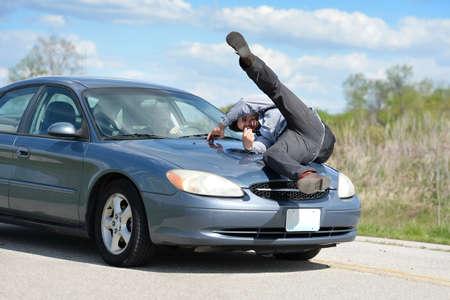 El hombre que es golpeado por un coche conducido por mujer joven Foto de archivo - 67548817