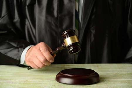 oracion: Cierre de juez sostiene el mazo