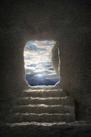 이른 아침 빛 동안 예수님의 열린 무덤 스톡 콘텐츠