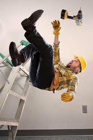 hombre cayendo: Trabajador que cae de la escalera dentro de la habitación