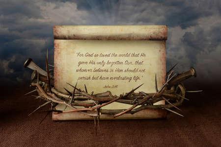 sacrificio: Juan 3:16 desplazamiento rodeado por una corona de espinas y los clavos Foto de archivo